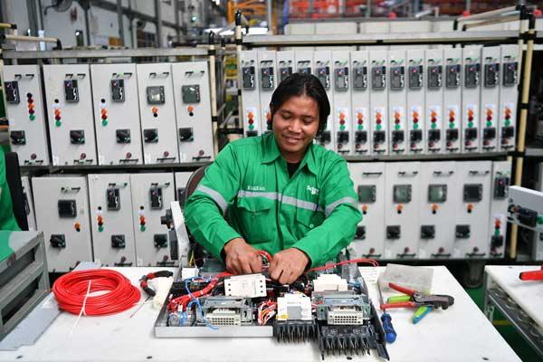 Pekerja merakit panel listrik yang diproduksi di pabrik pintar Schneider Electric Indonesia, Cikarang, Jawa Barat, Selasa (25/6/2019). Schneider Electric meresmikan pengoperasian pabrik pintarnya di Cikarang yang menggabungkan sistem otomasi industri dan pemanfaatan energi terbarukan utuk kegiatan operasionalnya serta merupakan pabrik Engineer-to-Order Schneider Electric terbesar di Asia.  - foto ANTARA