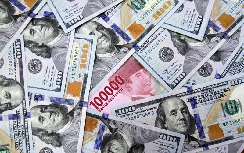 Uang Rupiah dan dolar AS di salah satu gerai penukaran mata uang asing di Jakarta, Minggu (7/6/2020). Bisnis - Arief Hermawan P