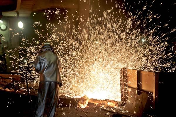 Pekerja melakukan proses pemurnian dari nikel menjadi feronikel di fasilitas pengolahan dan pemurnian (smelter) Pomalaa di Kolaka, Sulawesi Tenggara, Selasa (8/5/2018). - JIBI/Nurul Hidayat