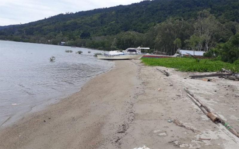 Pantai Wasior di Teluk Wondama terus tergerus abrasi. - Antara