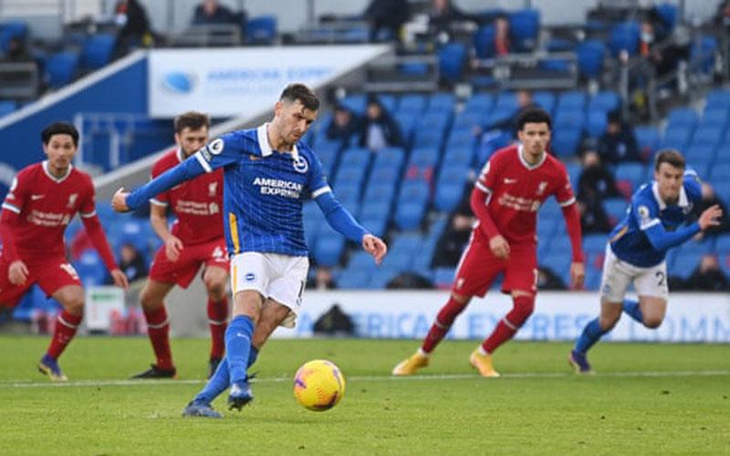 Pemain Brighton Pascal Gross mencetak gol dari titik penalti ke gawang Liverpool pada injury time babak kedua. - The Guardian