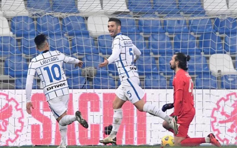 Pemain Inter Milan Roberto gagliardini (tengah) merayakan golnya ke gawang Sassuolo bersama Lautaro Martinez (kiri)./Antara - Reuters
