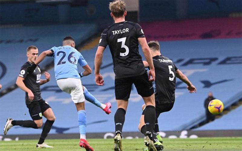 Pemain Manchester City Riyad Mahrez (kedua kiri) melepas tendangan yang menjebol gawang Burnley./Antara - Reuters