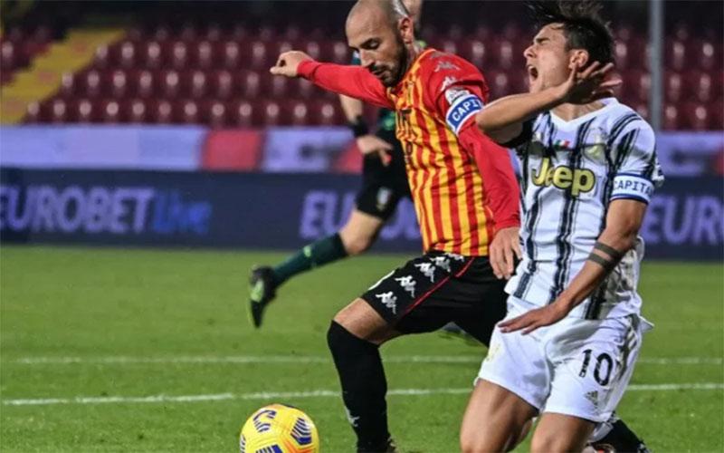 Bek Benevento Luca Caldirola (kiri) melanggar penyerang Juventus Paulo Dybala. Skor akhir imbang 1-1./Antara - AFP
