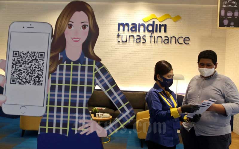 Karyawan melayani nasabah di Kantor Mandiri Tunas Finance, Jakarta, Jumat (25/9/2020). - Bisnis/Eusebio Chrysnamurti