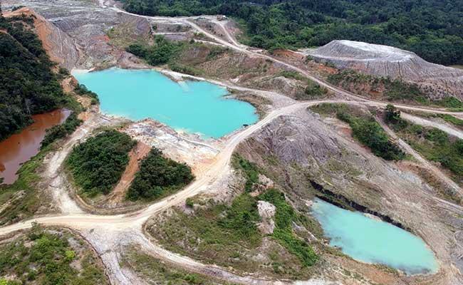 Foto aerial kawasan bekas tambang batu bara yang terbengkalai di Desa Suo-suo, Sumay, Tebo, Jambi, Kamis (30/1/2020). Tambang yang dibuka sejak lebih sepuluh tahun lalu oleh beberapa perusahaan swasta itu kini terbengkalai. ANTARA FOTO/Wahdi Septiawan -