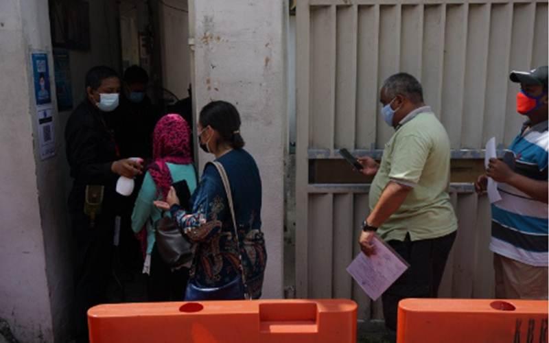 Warga antre di KBRI Kuala Lumpur sebelum ditutup sementara - Antara/Agus Setiawan