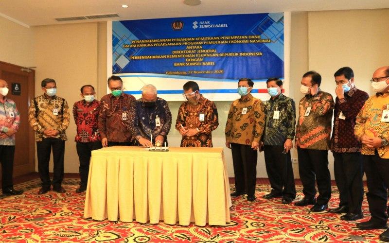 Direktur Utama Bank Sumsel Babel Achmad Syamsudin (kelima dari kiri) menandatangani perjanjian kemitraan penempatan dana dalam rangka pemulihan ekonomi nasional (PEN). - Bisnis/Dinda Wulandari