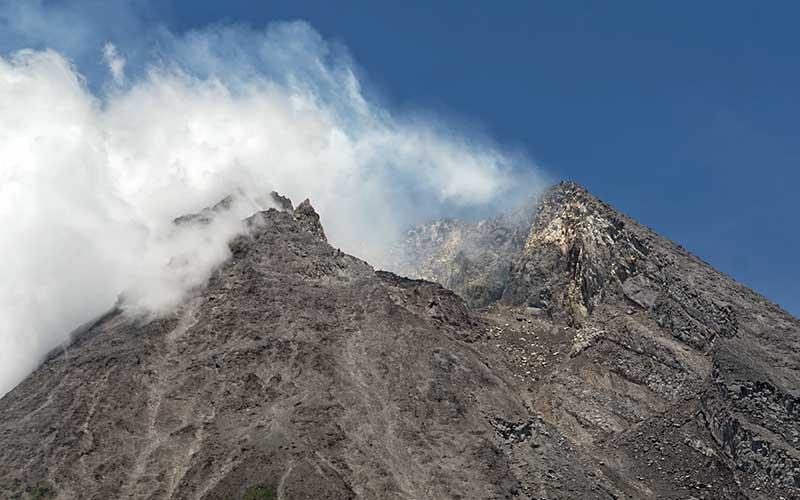 Gunung Merapi difoto dari kawasan Kinahrejo, Cangkringan, Sleman, D.I Yogyakarta, Rabu ( 18/11/2020). Berdasarkan data pengamatan Balai Penyelidikan dan Pengembangan Teknologi Kebencanaan Geologi (BPPTKG) Yogyakarta pada Rabu (18/11) pukul 06.00 WIB - 12.00 WIB Gunung Merapi mengalami 16 kali guguran serta 7 kali gempa vulkanik dangkal. ANTARA FOTO - Andreas Fitri Atmoko