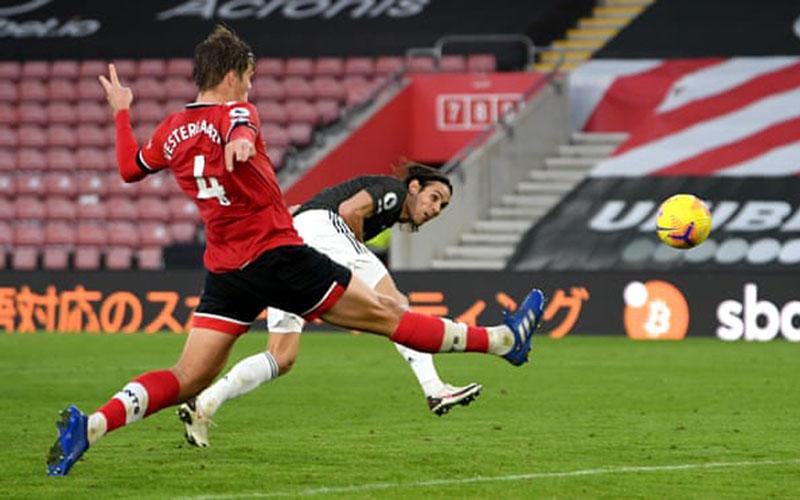Striker Manchester United Edinson Cavani (kanan) mencetak gol ketiga yang menentukan kemenangan Manchester United atas Southampton. - The Guardian