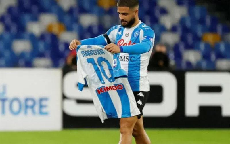 Penyerang Napoli Lorenzo Insigne merayakan gol pertama yang tercipta ke gawang AS Roma sambil menggenggam kaus bertuliskan nama Maradona./Antara - Reuters