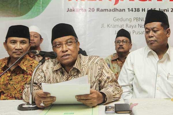 Ketua Umum Pengurus Besar Nahdlatul Ulama (PBNU) Said Aqil Siraj (tengah) memberikan keterangan terkait kebijakan aturan lima hari sekolah delapan jam per hari