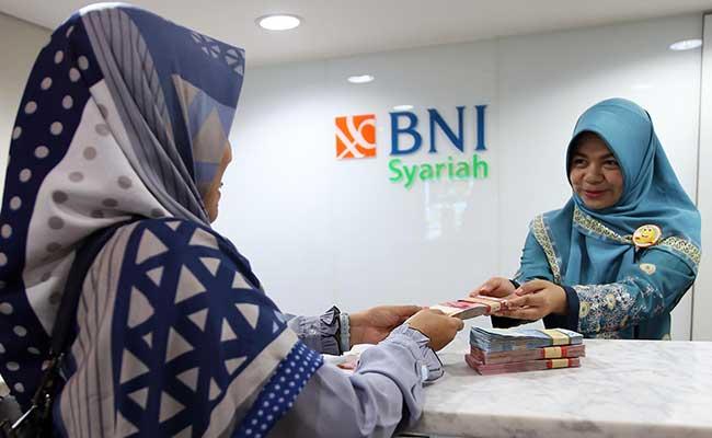 Karyawan melayani nasabah yang bertransaksi di kantor Bank BNI Syariah di Jakarta. Bisnis - Abdullah Azzam