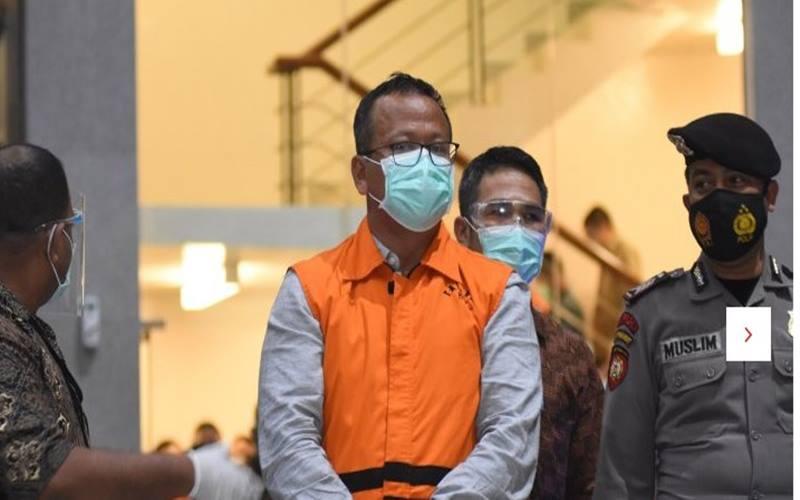 Menteri Kelautan dan Perikanan Edhy Prabowo (tengah) mengenakan baju tahanan seusai diperiksa di Gedung KPK, Jakarta, Rabu (25/11/2020). KPK menetapkan Edhy Prabowo sebagai tersangka setelah ditangkap di Bandara Soekarno Hatta terkait dugaan korupsi penetapan izin ekspor benih lobster. - Antara
