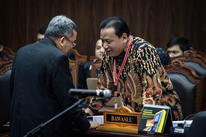 Ketua Bawaslu Abhan (kanan) mengikuti sidang Perselisihan Hasil Pemilihan Umum (PHPU) presiden dan wakil presiden di Gedung Mahkamah Konstitusi, Jakarta, Jumat (21/6/2019). - ANTARA/Aprillio Akbar