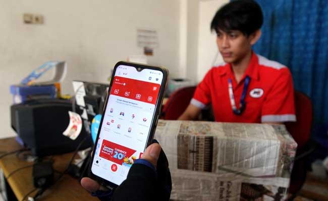 Pelanggan menggunakan aplikasi LinkAja di salah satu outlet JNE di Jakarta, Senin (10/2/2020). Bisnis - Arief Hermawan P