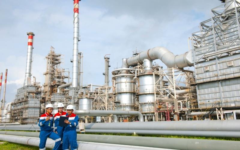 Karyawan Pertamina melakukan pengecekan fasilitas kilang minyak. Istimewa -  Pertamina