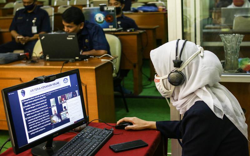 Guru memberikan materi saat Masa Pengenalan Lingkungan Sekolah (MPLS) kepada siswa baru secara daring di SMA Negeri 8 Jakarta, Senin (13/7/2020). Kegiatan MPLS dan Pembelajaran Jarak Jauh (PJJ) di sekolah tersebut bertujuan untuk mencegah penyebaran COVID-19 di lingkungan sekolah. ANTARA FOTO - Rivan Awal Lingga