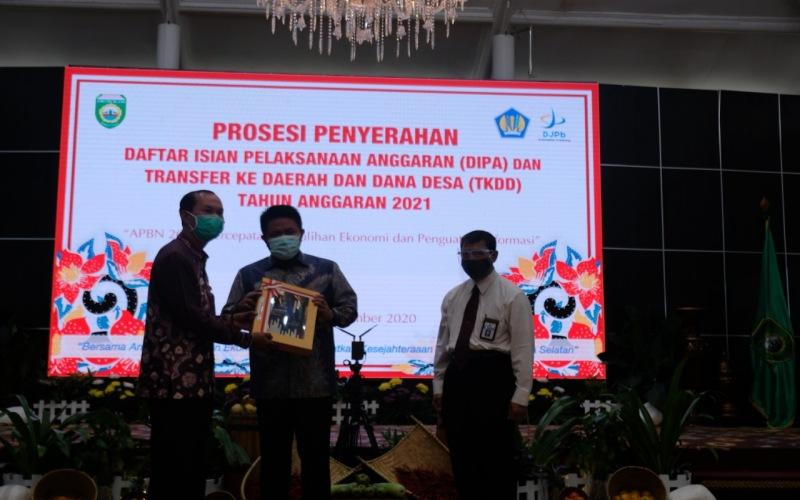 Gubernur Sumsel (tengah) Herman Deru menyerahkan DIPA tahun 2021 kepada Walikota Palembang Harnojoyo (kiri) yang disaksikan Kepala Kanwil Ditjen Perbendaharaan Sumsel Taukhid (kanan). istimewa