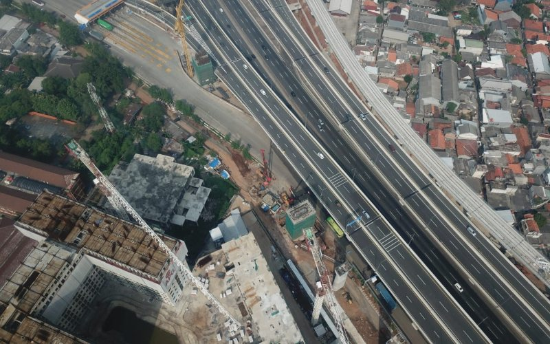 Pembangunan pier head Kereta Cepat Jakarta Bandung yang terletak di samping ruas jalan tol Jakarta/Cikampek