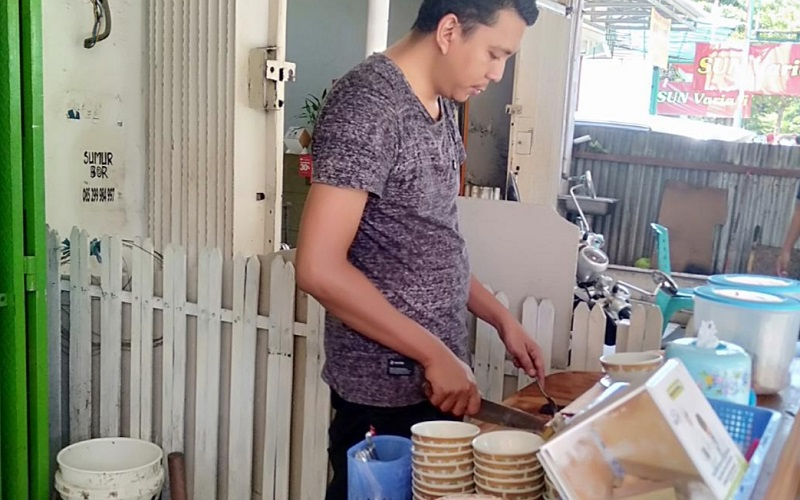 Andhy Setiawan , pemilik Warung Coto Ratulangi Makassar - Wahyu Susanto
