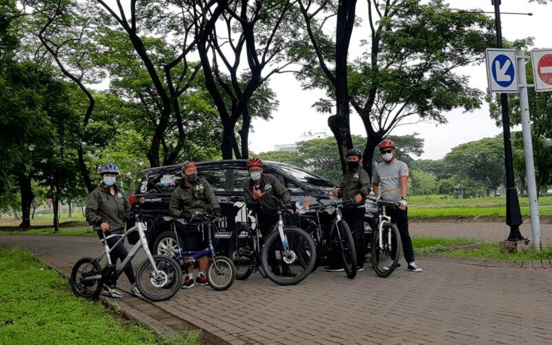 Komunitas sepeda di Surabaya saat bersepeda bareng bersama tim Jlajah Wisata Jatim di Kawasan Citraland Surabaya, Senin (30/11/2020). - Bisnis/Peni Widarti