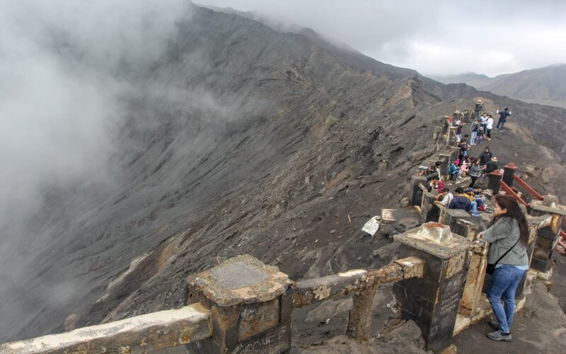 Pengunjung menikmati pemandangan Kawah Gunung Bromo. - Bisnis/Syaharuddin Umngelo.