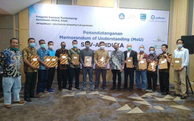 Penandatanganan nota kesepahaman atau Memorandum of Understanding (MoU) antara 6 Satuan Pendidikan Vokasi Afiliasi (SPVA) yang didampingi oleh Polman Bandung dengan sejumlah mitra Industri dan Dunia Kerja (IDUKA), di Swiss-Bell Resort Dago Herritage, Kota Bandung, Selasa (1/12 - 2020).