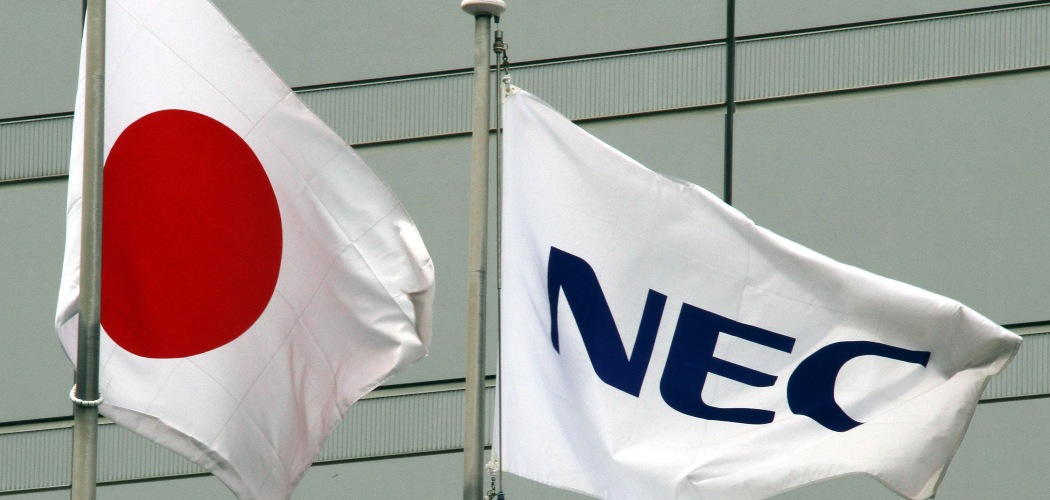 Bendera Jepang dan NEC Corp. berkibar berdampingan di luar kantor pusat perusahaan teknologi itu di Tokyo, Jepang, Selasa (10/5/2011). - Bloomberg/Haruyoshi Yamaguchi