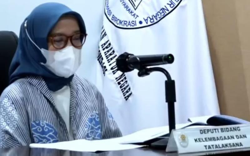 Deputi Bidang Kelembagaan dan Tata Laksana Kementerian Pendayagunaan Aparatur Negara dan Reformasi Birokrasi (PAN-RB) Rini Widyantini memberikan keterangan dalam konferensi pers, Selasa (1/12/2020) - Tangkapan Layar/Nindya Aldila
