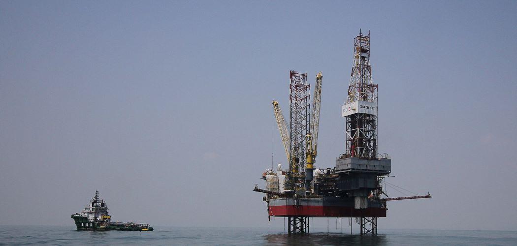 Perusahaan migas melakukan ekplorasi di tengah laut. -  Antara / Moch Asim