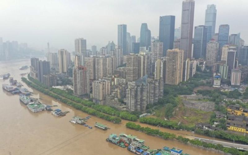 Foto dari udara yang diabadikan pada 19 Agustus 2020 ini menunjukkan pemandangan banjir sungai Yangtze yang melanda Distrik Yuzhong di Kota Chongqing, China barat daya.  - Xinhua/Liu Chan