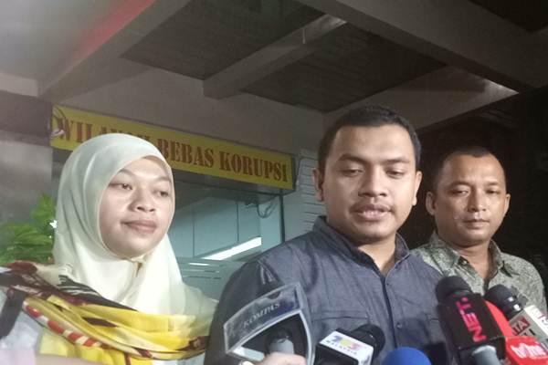 Sekretaris Bantuan Hukum DPP FPI Aziz Yanuar, memberi keterangan kepada pers di Polda Metro Jaya, Rabu (17/5/2017) terkait pemeriksaan Firza Husein. - Bisnis.com/Juli Etha