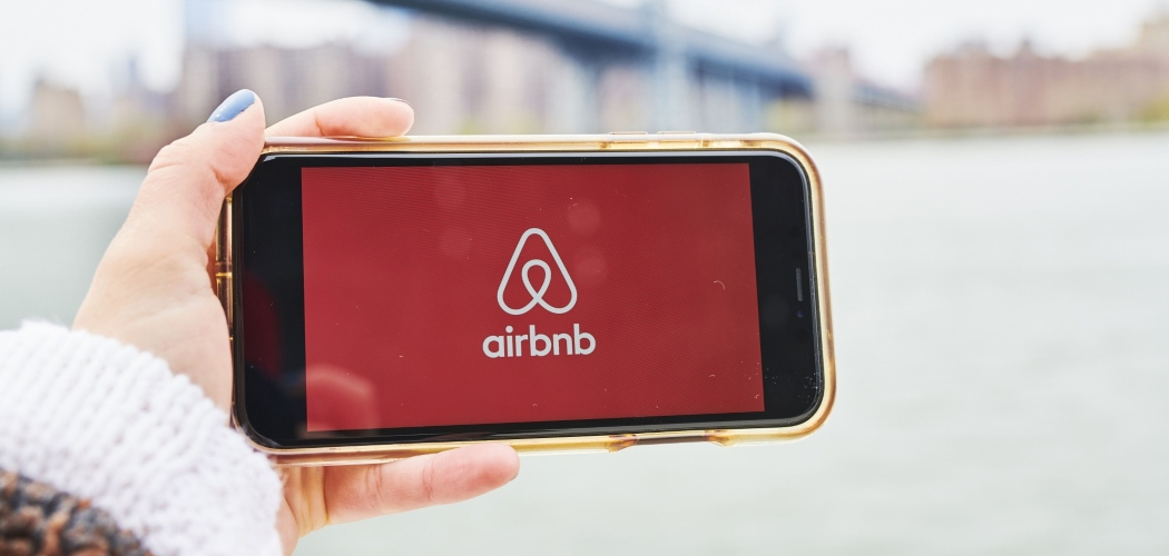 Logo Airbnb Inc. terlihat di sebuah smartphone. - Bloomberg/Gabby Jones