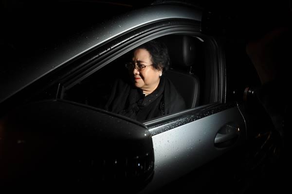 Rachmawati Soekarnoputri meninggalkan gedung Mako Brimob Kelapa Dua di Depok, Jawa Barat, Jumat (2/12) - Antara