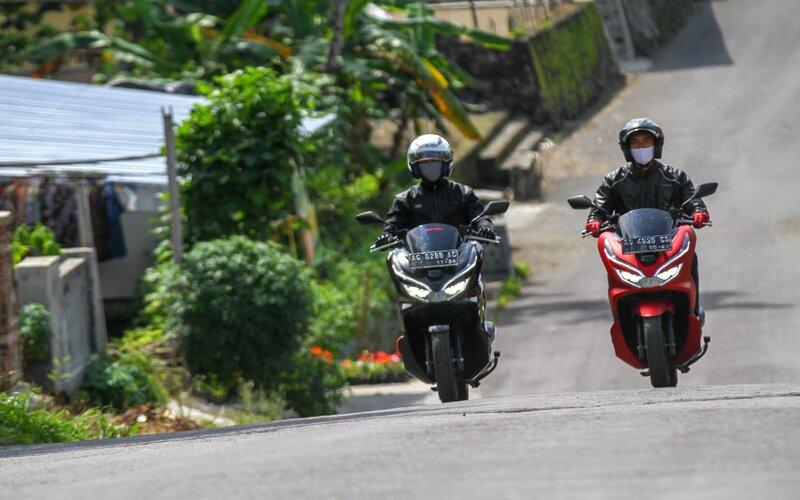 Dua pengendara Honda PCX sedang berkendara di kawasan Gunung Kelud Kediri, Selasa (1/12/2020). - Bisnis/Andik Susanto.