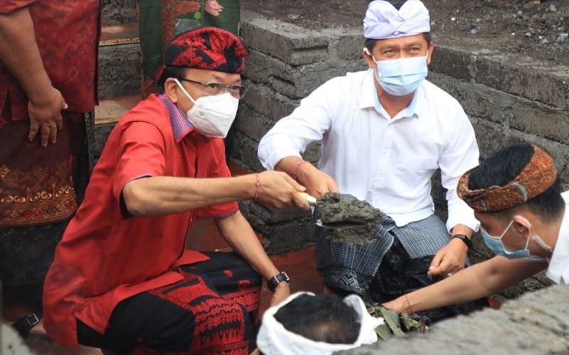 Gubernur Bali I Wayan Koster melakukan peletakan batu pertama pada Normalisasi Tukad Unda Klungkung