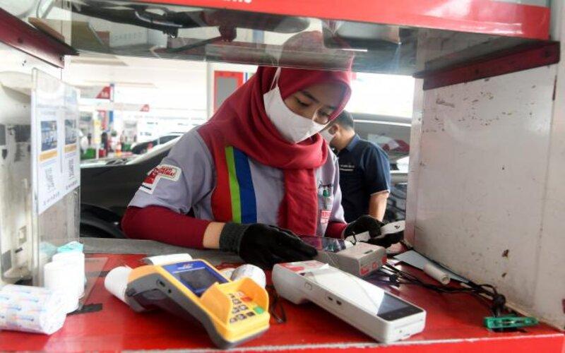 Petugas melakukan transaksi non tunai di stasiun pengisian bahan bakar umum (SPBU). Ilustrasi. - Bisnis/Abdurachman