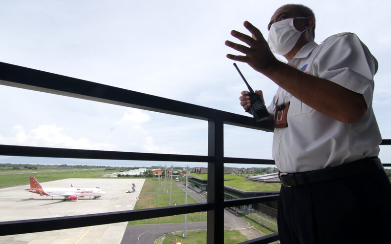 Kepala AirNav Indonesia Cabang Banyuwangi Suri Fikriansyah mengawasi penerbangan dari menara ATC di Bandara Banyuwangi, Jawa Timur, Rabu (2/12/2020). - Antara/Budi Candra Setya.