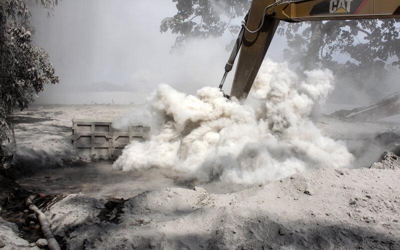 Alat berat mencoba menangkat truk yang terkubur akibat lahar panas erupsi Gunung Semeru di kawasan Besuk Kobokan, Pronojiwo, Lumajang, Jawa Timur, Rabu (2/12/2020). Banjir lahar panas Gunung Semeru tersebut mengakibatkan terputusnya akses jalan antarkecamatan di Lumajang serta sejumlah truk dan alat berat penambang pasir terkubur material lahar panas. - Antara/Umarul Faruq.