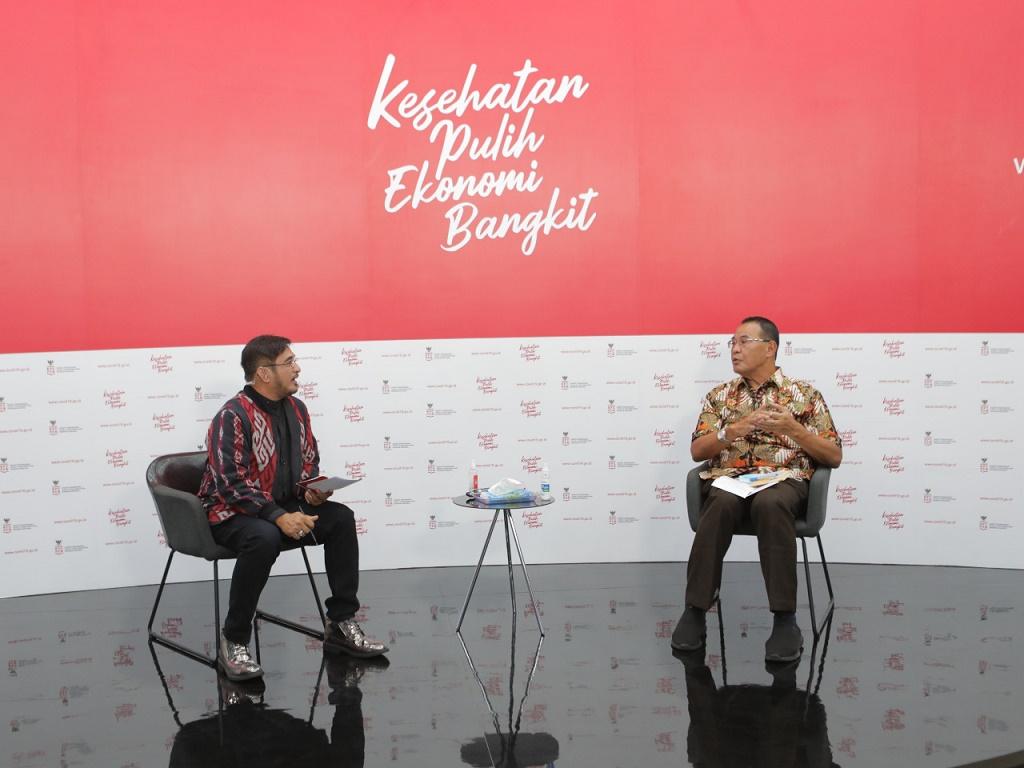 Foto: dr. H. Mohamad Subuh, MPPM (Staf Ahli Kemenkes Bidang Ekonomi) bersama moderator Jeremy Teti memberikan keterangan dalam dialog mengenai vaksinasi: pencegahan vs pengobatan di Jakarta. Selasa, 1 Desember 2020.