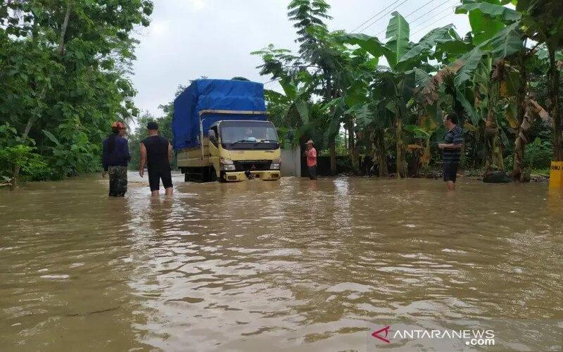 Sebuah truk saat melewati genangan banjir di ruas Jalan Patikraja-Kaliori, Desa Pegalongan, Kecamatan Patikraja, Kabupaten Banyumas, Jawa Tengah, Kamis (3/12/2020). - Antara/Sumarwoto
