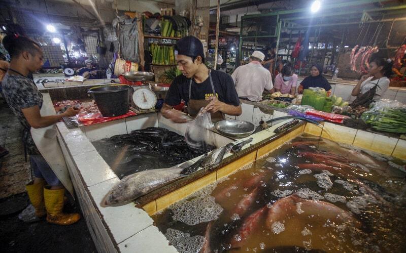 Aktivitas jual beli di pasar tradisional. - Antara/Yulius Satria Wijaya.