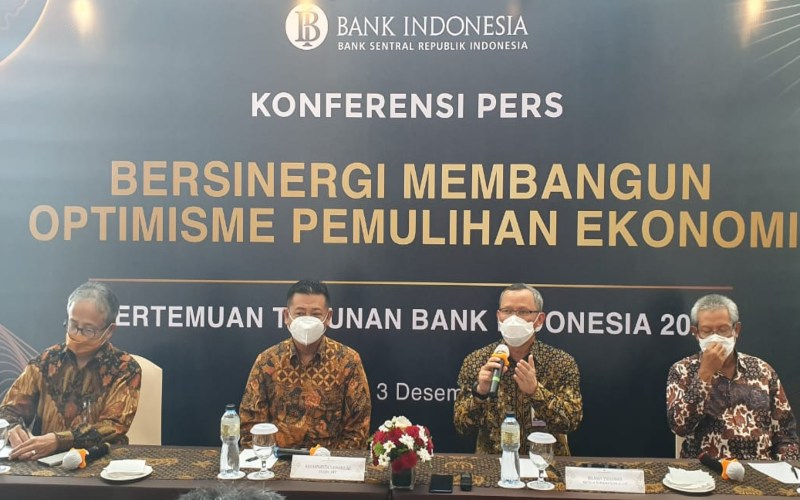(Dari kiri) Deputi Kepala Perwakilan BI DIY Miyono, Sekda DIY R. Kadarmanta Baskara Aji, Kepala Perwakilan BI DIY Hilman Tisnawan, Ketua ISEI DIY Eko Suwardi dalam acara Pertemuan Tahunan Bank Indonesia 2020 di Yogyakarta, Kamis (3/12 - 2020).