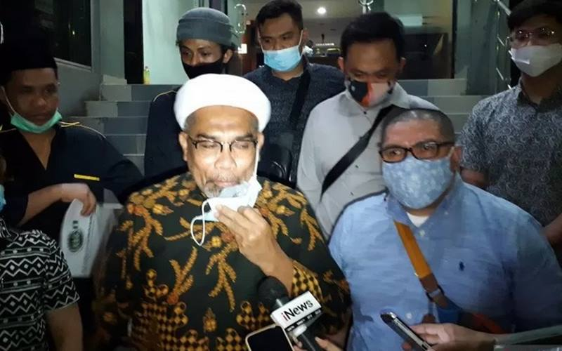 Tenaga Ahli Utama Kantor Staf Presiden (KSP) Ali Mochtar Ngabalin (tengah) melaporkan dua orang ke Polda Metro Jaya atas dugaan tindak pidana pencemaran nama baik ke Polda Metro Jaya, Kamis (3/12/2020). - Antara\r\n