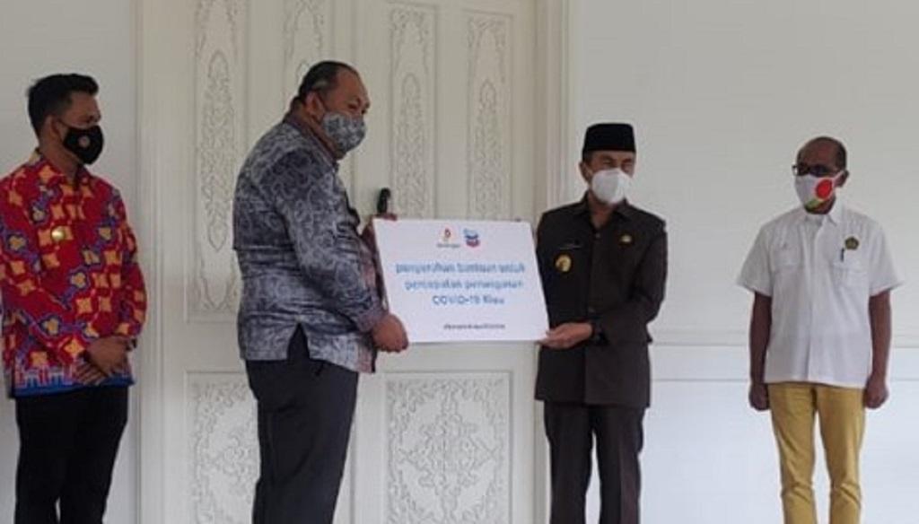 Foto: Penyerahan lebih dari 77.000 masker dari SKK Migas / PT CPI kepada Pemprov Riau yang diterima oleh Gubernur Riau Drs. Syamsuar M.Si di Gedung Daerah Riau, Pekanbaru, pada 19 November 2020.