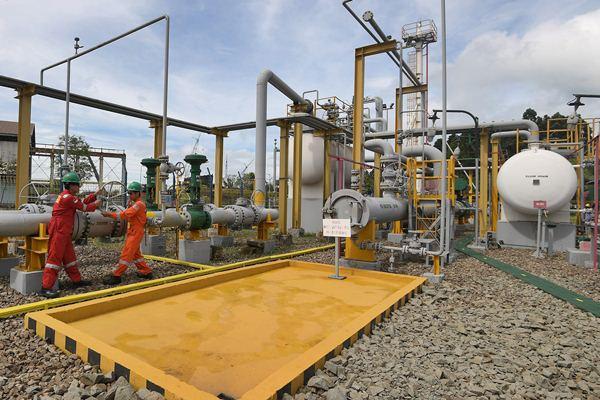 Pekerja PT China National Offshore Oil Company (CNOOC) SES Ltd mengecek Gas Metering Station milik perusahaan tersebut yang berada di Pembangkit Listrik Tenaga Gas Uap (PLTGU) Cilegon, Banten, Kamis (6/4). - Antara/Sigid Kurniawan