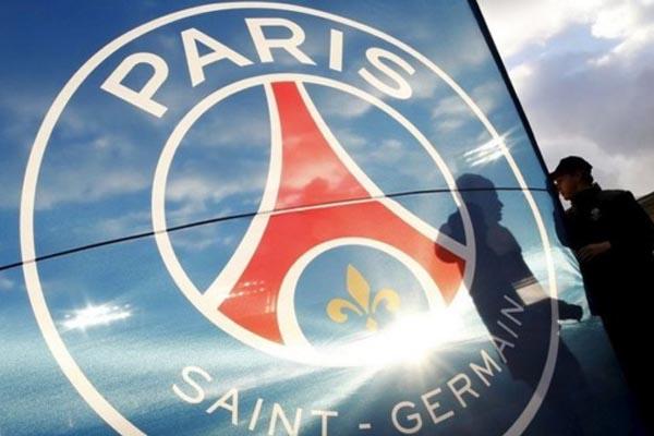 Logo Paris Saint-Germain berkilau diterpa sinar matahari./Reuters - Regis Duvignau