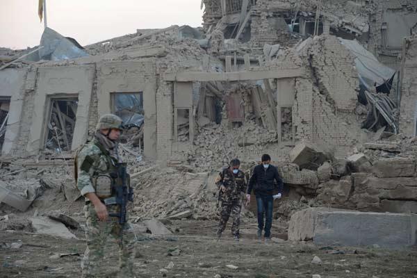 Tentara Afganistan dan Tentara NATO memeriksa bangunan yang rusak akibat serangan bom, Kamis (10/11/2016).  - Reuters