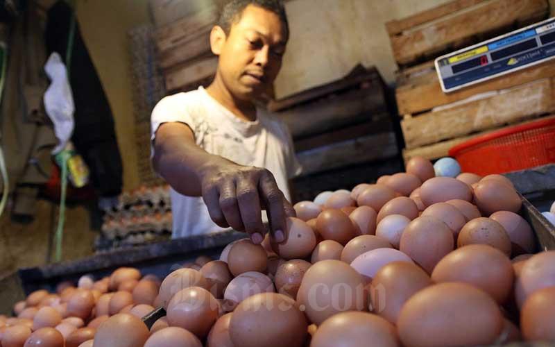 Pedagang menata telur di Pasar Benhil, Jakarta, Senin (13/4/2020). Bisnis - Eusebio Chrysnamurti